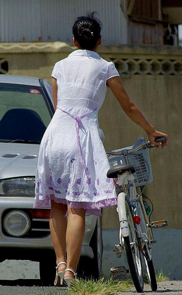 薄着の服から下着がスケスケな女の子 (13)