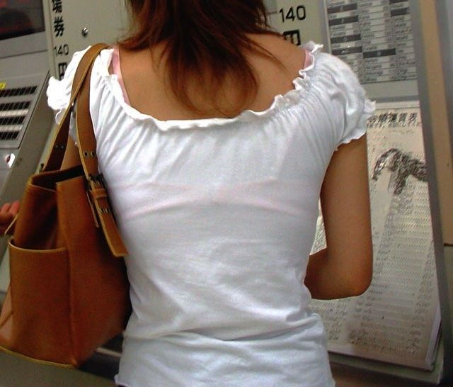 薄着の服から下着がスケスケな女の子 (2)