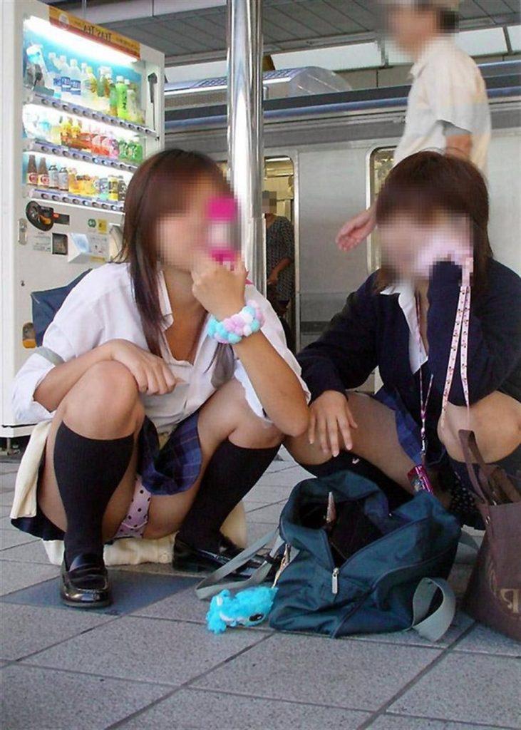 女子高生も短いスカートから下着が丸見え (18)