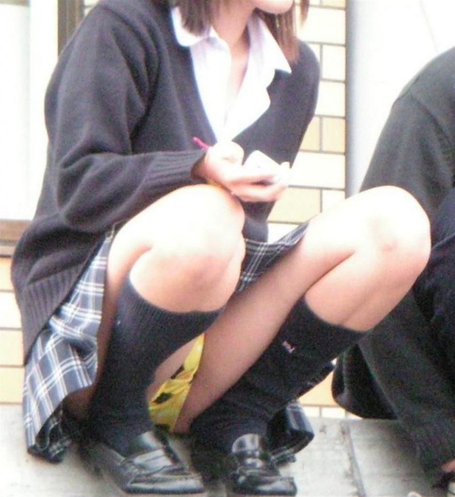 女子高生も短いスカートから下着が丸見え (2)