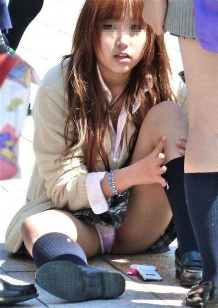 女子高生も短いスカートから下着が丸見え (17)