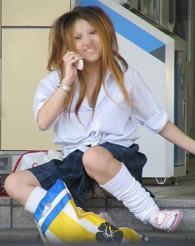 女子高生も短いスカートから下着が丸見え (15)