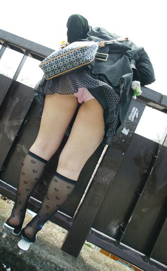 ミニスカートから下着がモロ見え (17)