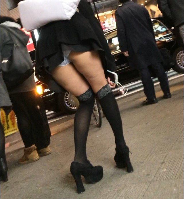 ミニスカートから下着がモロ見え (4)