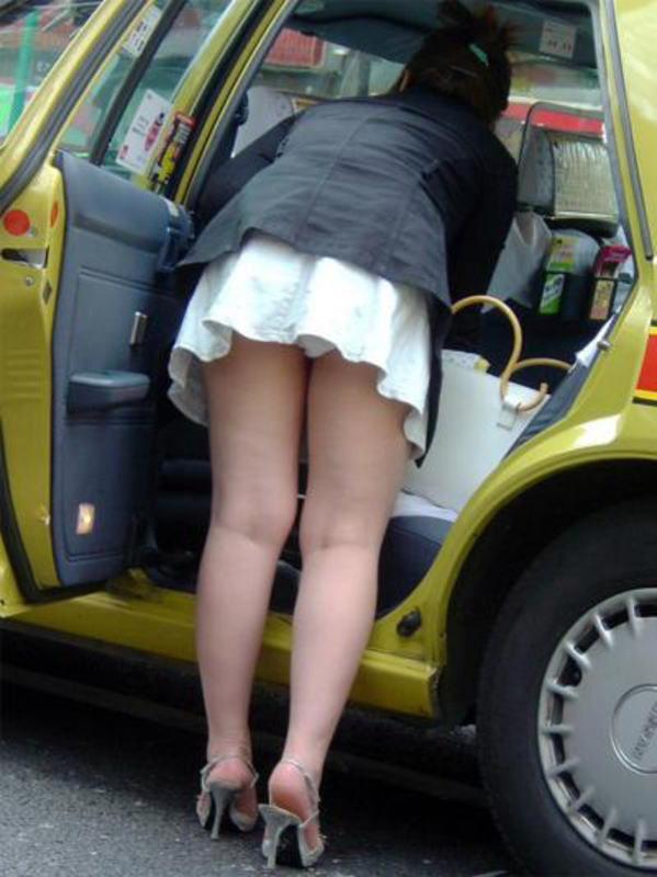 ミニスカートから下着がモロ見え (10)