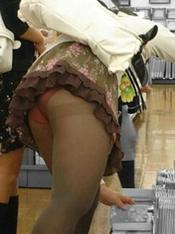 ミニスカートから下着がモロ見え (14)