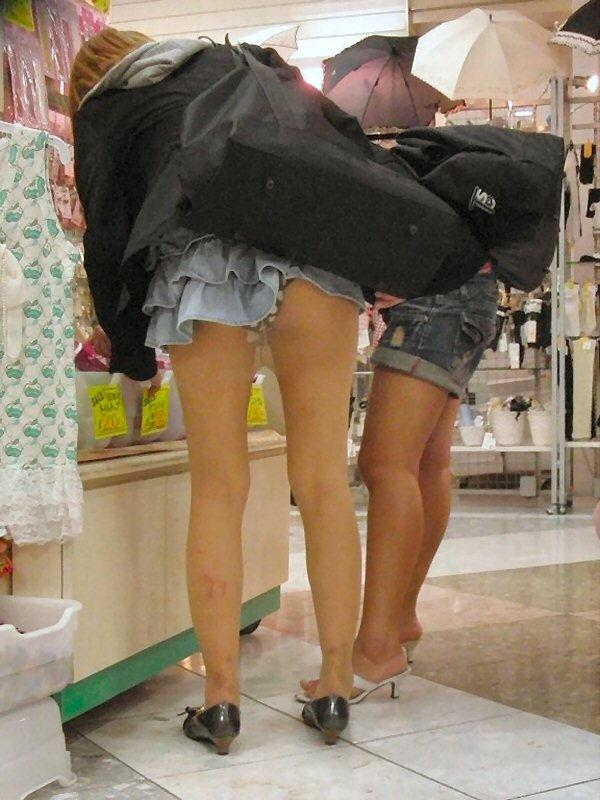 ミニスカートから下着がモロ見え (12)