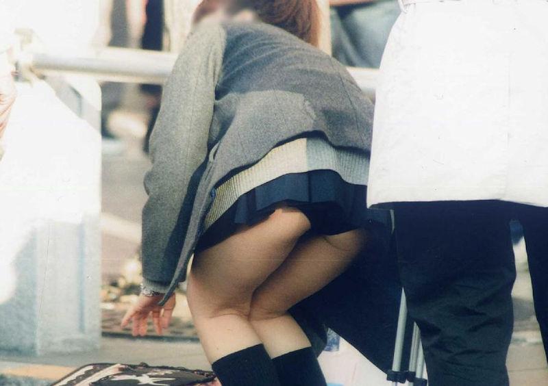 ミニスカートから下着がモロ見え (5)