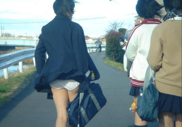 JKも誰でもスカートを穿くと下着が見えちゃう (8)