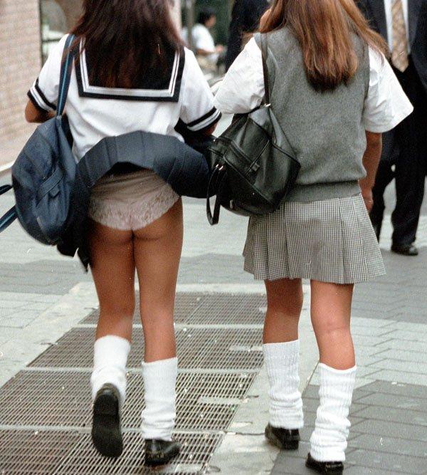 JKも誰でもスカートを穿くと下着が見えちゃう (19)