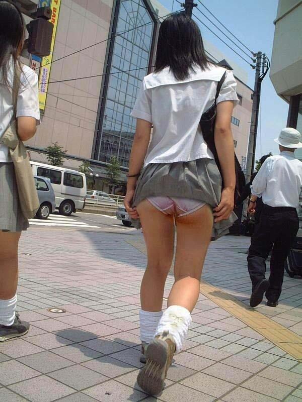 JKも誰でもスカートを穿くと下着が見えちゃう (18)