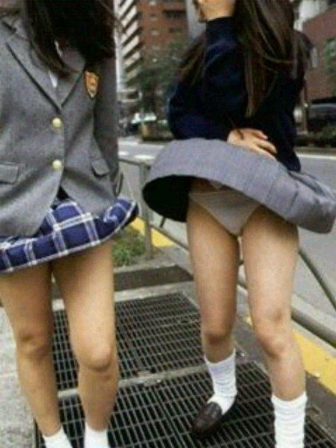 JKも誰でもスカートを穿くと下着が見えちゃう (9)