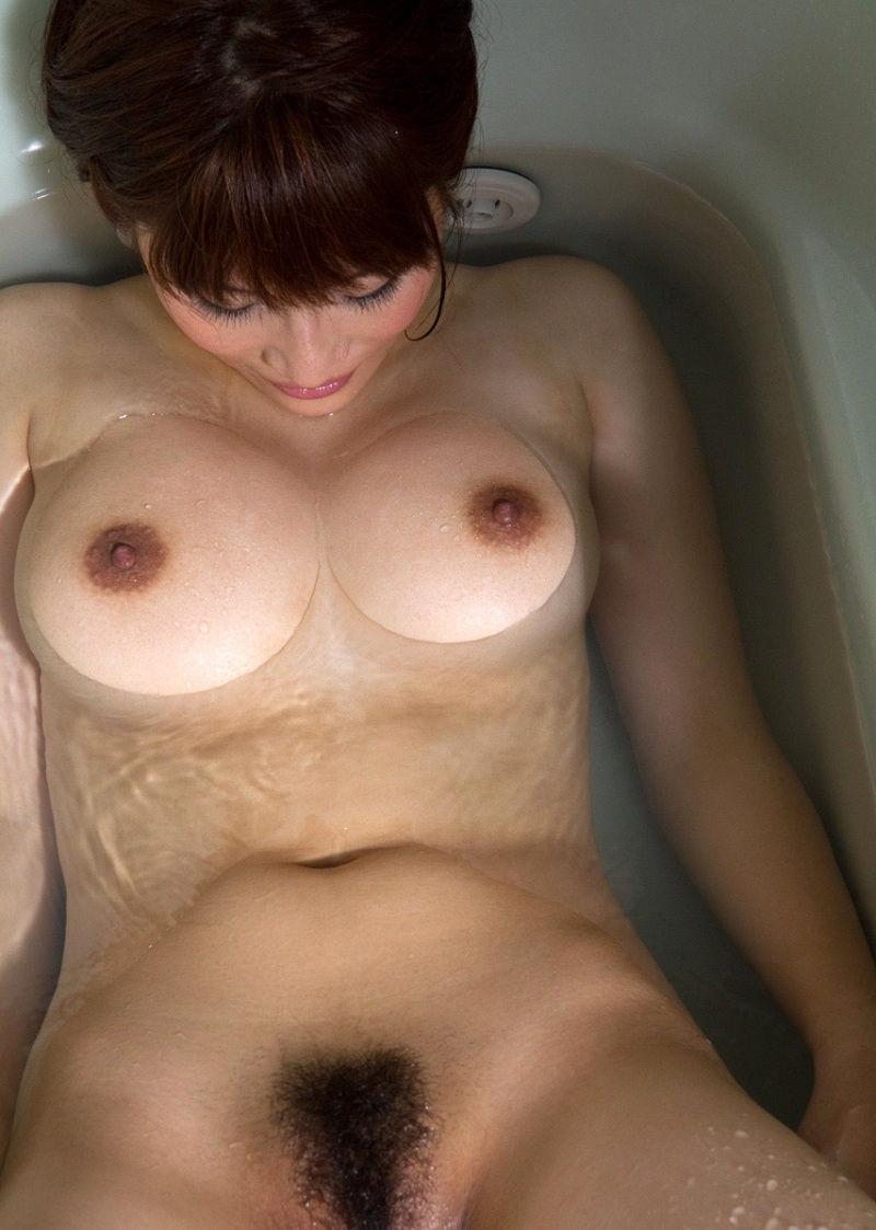 お湯の中から顔を出す乳房 (20)