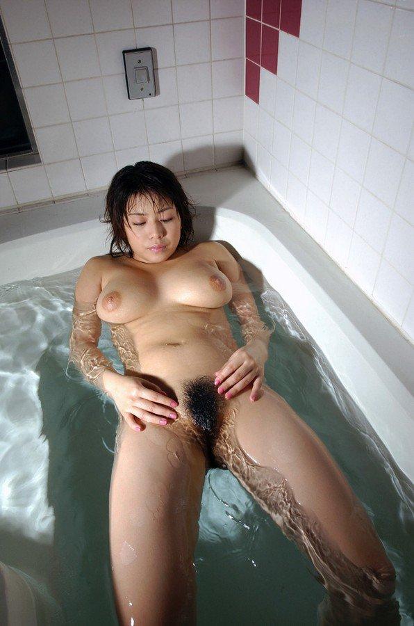 お湯の中から顔を出す乳房 (13)