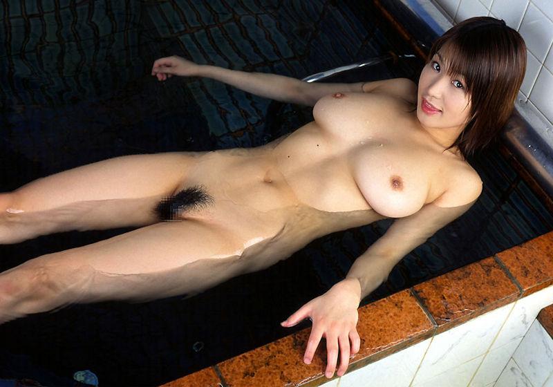 お湯の中から顔を出す乳房 (16)