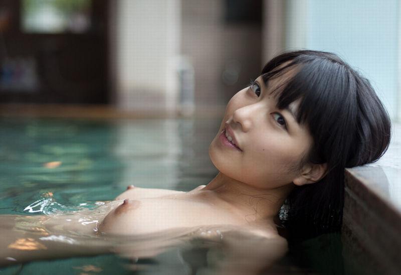 お湯の中から顔を出す乳房 (2)
