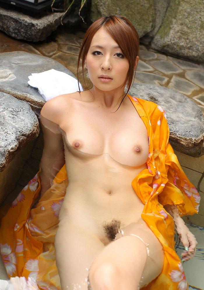 お湯の中から顔を出す乳房 (19)