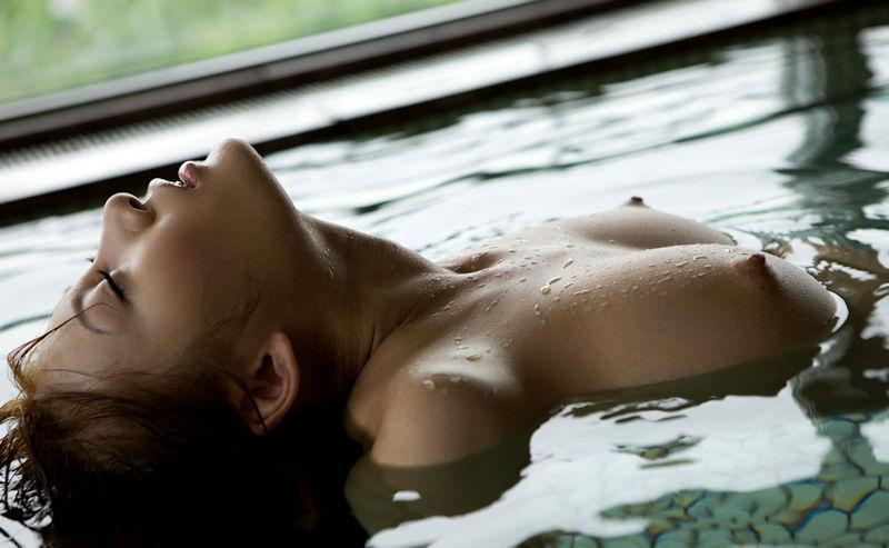お湯の中から顔を出す乳房 (17)