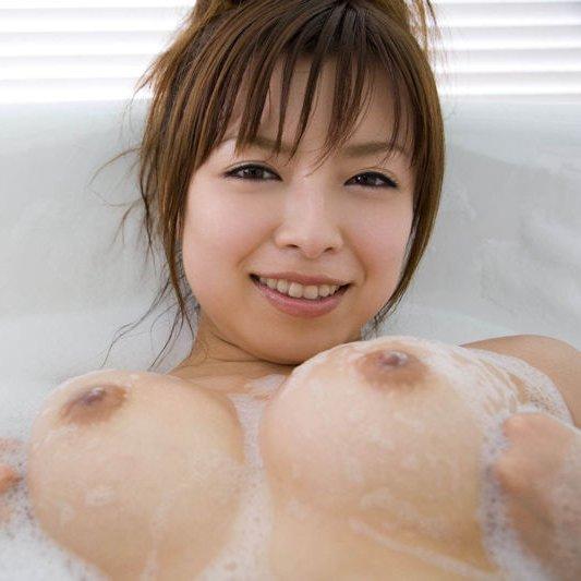 お湯の中から顔を出す乳房 (1)