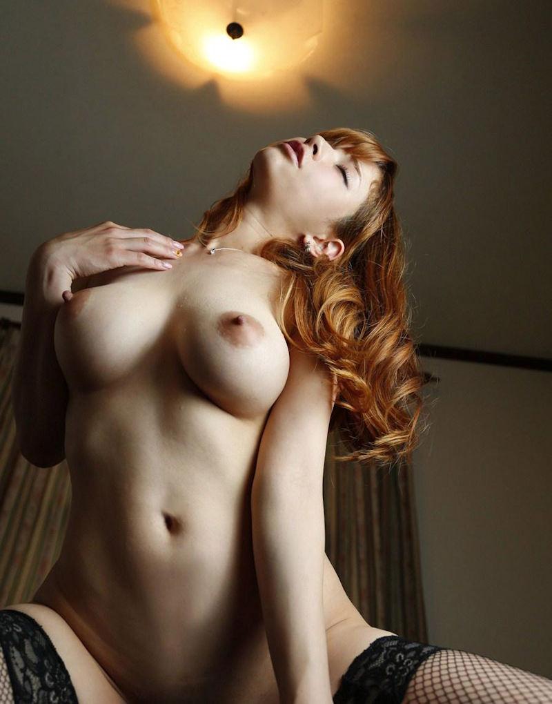 大きな乳房を揺らしてセックス (2)