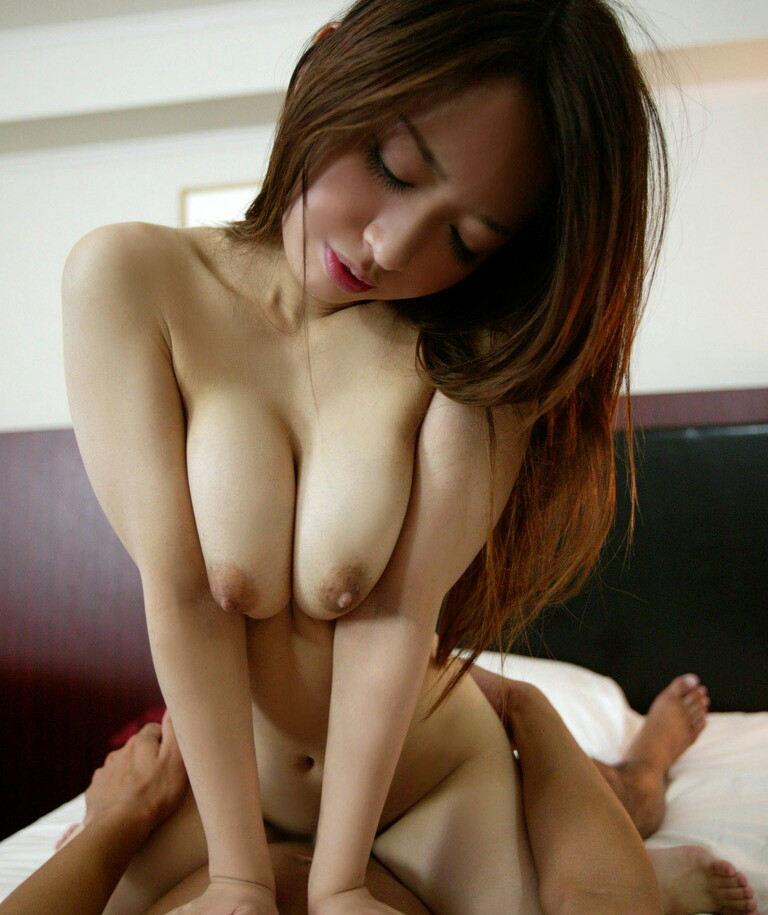大きな乳房を揺らしてセックス (3)