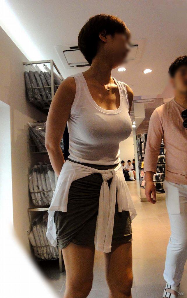 爆乳の女の子が街を歩いてる (20)