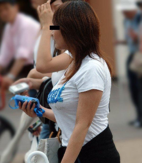 爆乳の女の子が街を歩いてる (5)