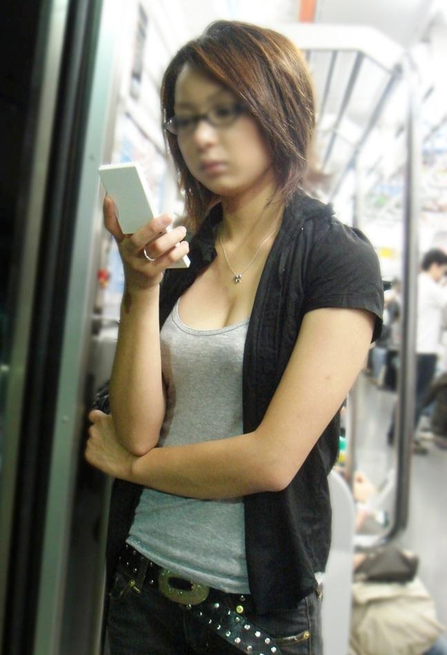 デカい乳房と谷間が素晴らしい街撮り (8)