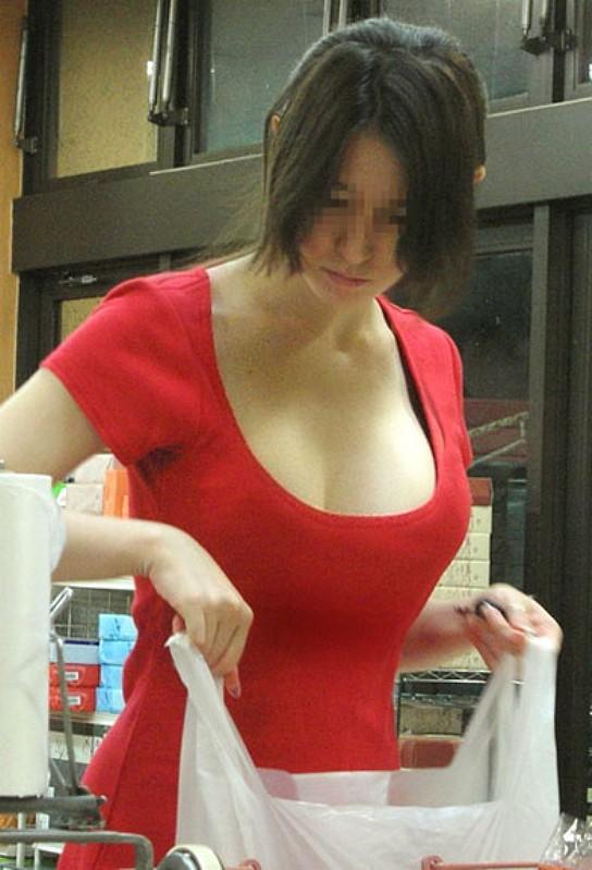 デカい乳房と谷間が素晴らしい街撮り (19)