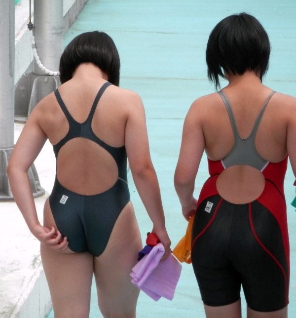 体に張り付いた水着から乳首や尻が見えてる (13)