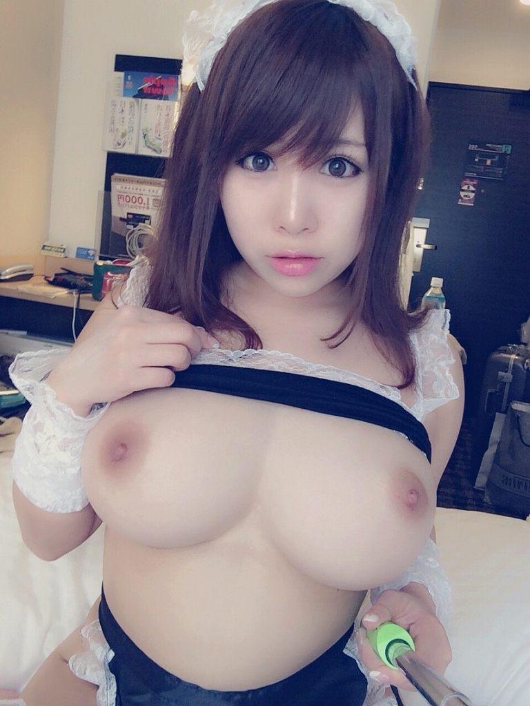 美乳をポロリと出しちゃうコスプレ娘 (3)