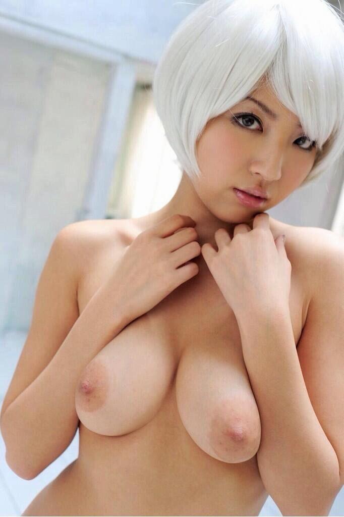 美乳をポロリと出しちゃうコスプレ娘 (7)
