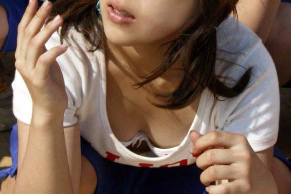 デカい乳房や乳首がチラ見え (4)