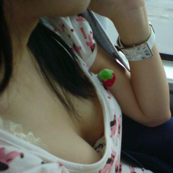 車内で乳房や乳首を見せちゃった素人さん (1)
