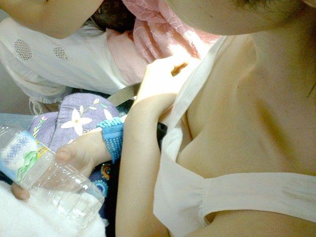 車内で乳房や乳首を見せちゃった素人さん (5)