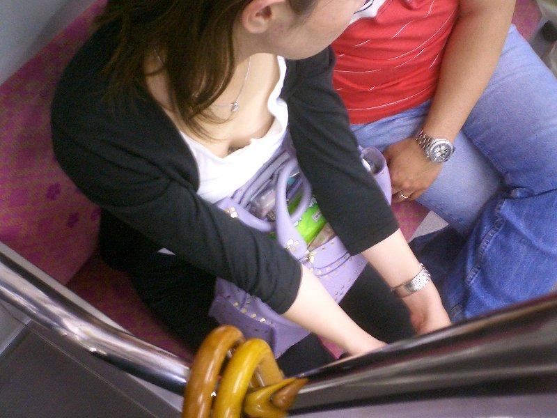 車内で乳房や乳首を見せちゃった素人さん (9)