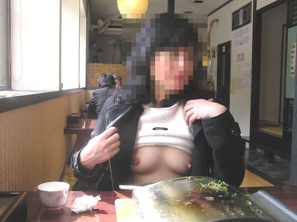 店でオッパイを露出する変態さん (9)