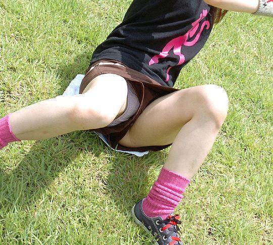 ショートパンツの裾から下着がチラリ (16)