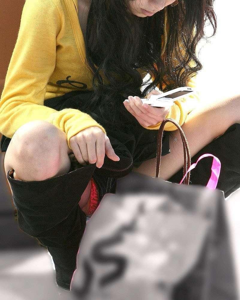 ショートパンツの裾から下着がチラリ (15)