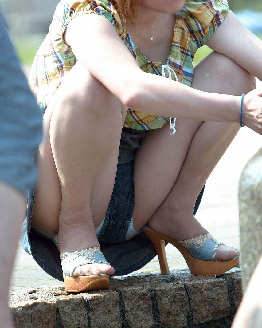 ショートパンツの裾から下着がチラリ (19)