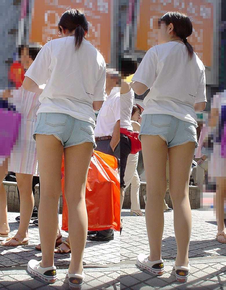 ショートパンツの裾から下着がチラリ (13)