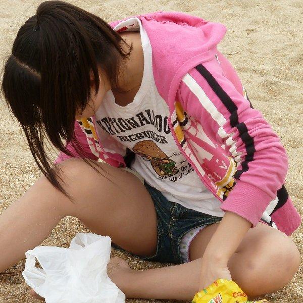 ショートパンツの裾から下着がチラリ (1)