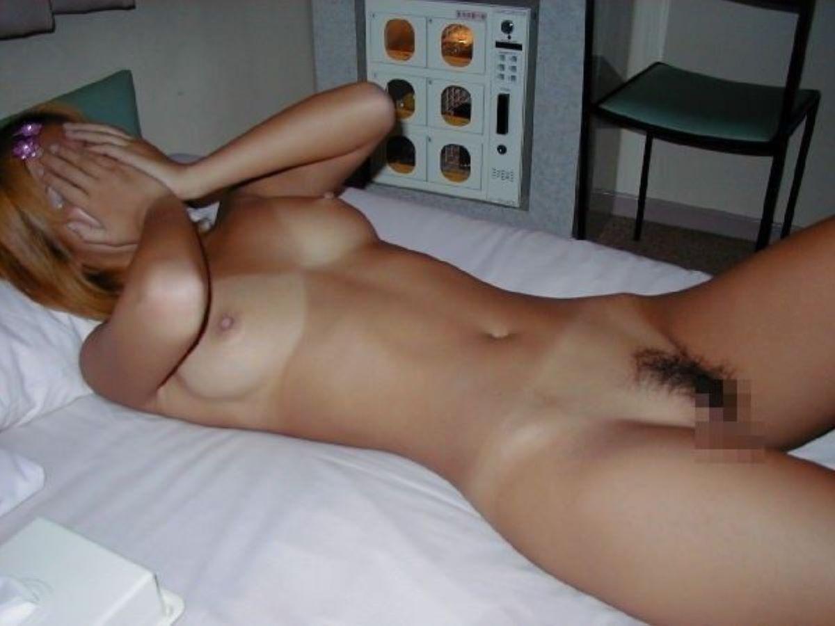 水着の跡もセクシーな裸のギャルたち (9)