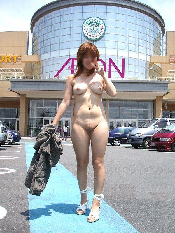 屋外で素っ裸になっちゃった変態さん (10)