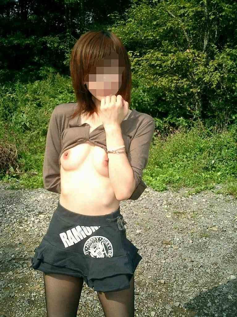 屋外で素っ裸になっちゃった変態さん (14)