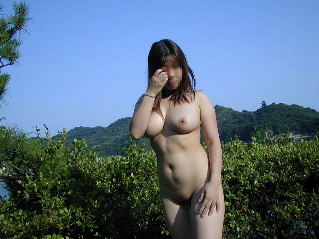 屋外で乳房を見せちゃうエロい素人さん (12)