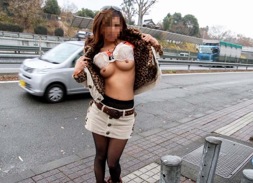屋外で乳房を見せちゃうエロい素人さん (9)