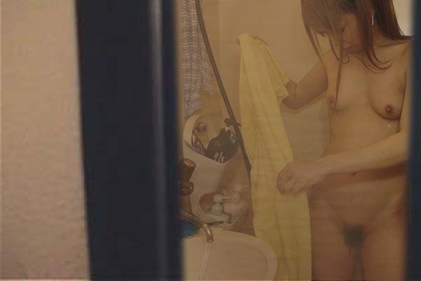 風呂場にいた素っ裸の女の子を撮影 (13)