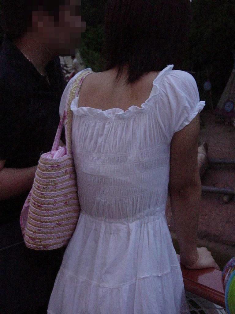 着衣から下着が透けてる素人さん (19)