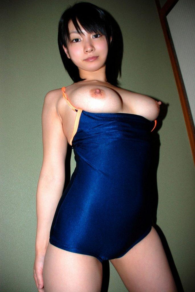 タイトな競泳水着から乳房を露出させる女の子 (19)